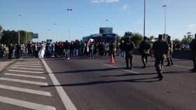 Gendarmes custodian el corte de los trabajadores en la autopista Riccheri