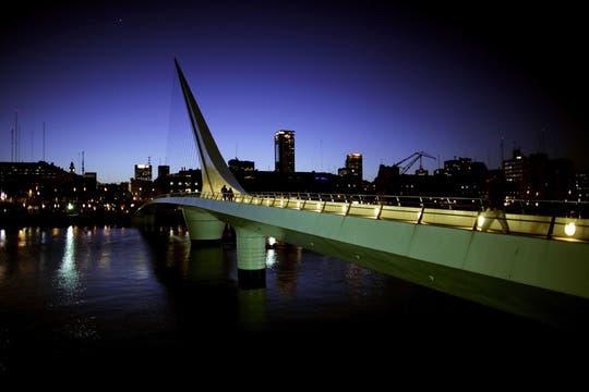 La estructura refinada y sensual del Puente de la Mujer simula a una pareja bailando tango. Foto: Archivo