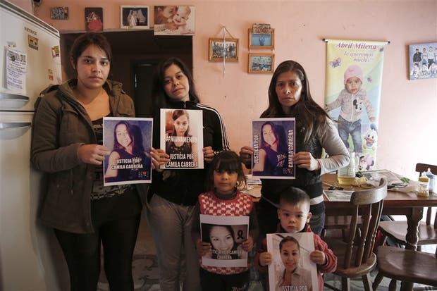 Las dos hermanas y la madre de Camila Cabrera (de izquierda a derecha), en La Matanza