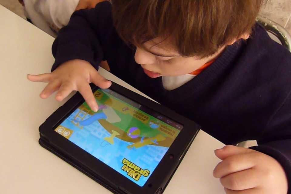 Lanzan una aplicación móvil con recursos y servicios para familias con chicos con síndrome de Down