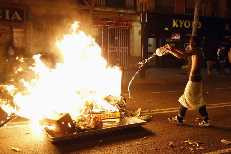 Barcelona suspende la demolición del centro social ante las protestas