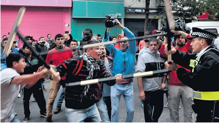 Policías metropolitanos se enfrentaron a los irascibles manteros en la avenida Avellaneda