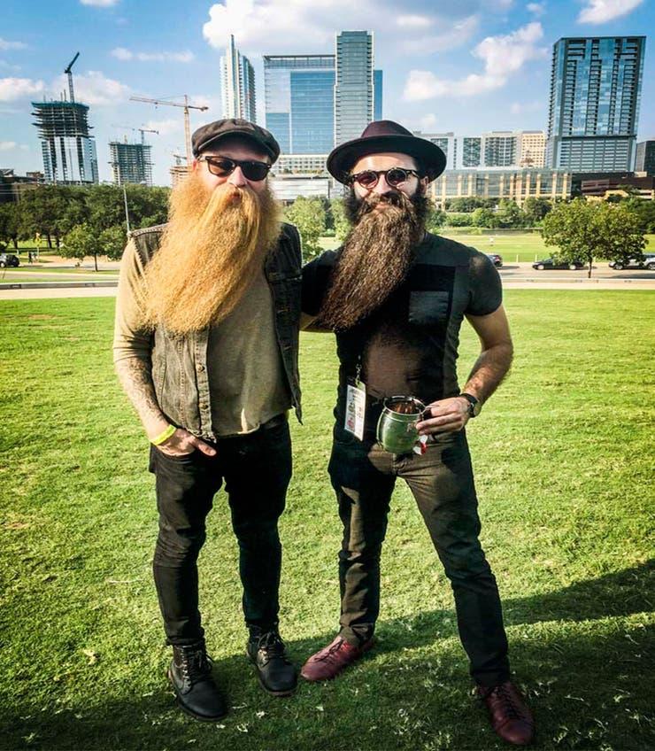 Keegan Ferrari, bajista de Four Stroke Baron, y su amigo posan con la barba levemente inclinada.