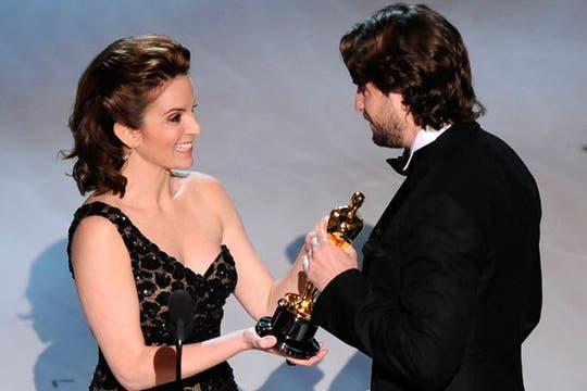 Tina Fey entrega el Oscar a Mark Boal, guionista de Vivir al límite.. Foto: AP