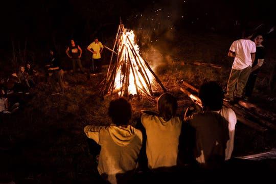 Un grupo de jovenes pasó la noche en un campamento en Gualeguaychú esperando dla decisión de la corte de La Haya.. Foto: AFP