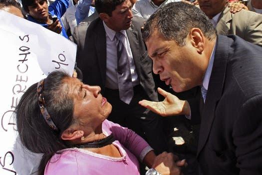 El presidente de Ecuador habla con una mujer que participa de la protesta. Foto: AP