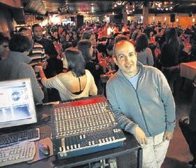 Horacio Godoy está orgulloso de su local, La Viruta: es una de las milongas más populares de Buenos Aires