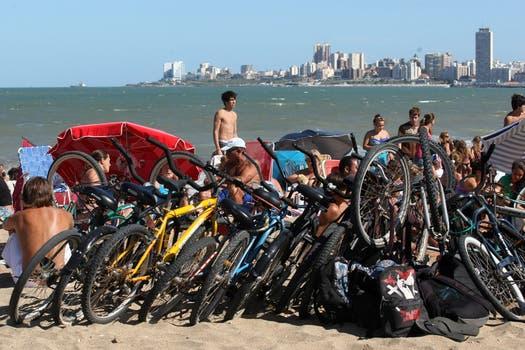 Estacionamiento de bicicletas en playa Cardiel, Mar del Plata. Foto: LA NACION / Mauro V. Rizzi