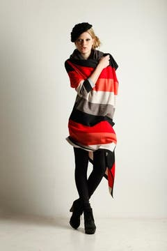 Saco a rayas con picos (María Cher, $ 748), leggins gamuzadas (Akiabara, $ 180), remera de algodón de mangas largas (Ayres, $ 168), zuecos acordonados (Paruolo, $ 999), cuello tejido (Var's, $ 100) y boina de lana (Isadora, $ 39). Foto: GUILLERMO MONTELEONE