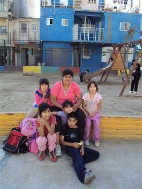 Silvana Maza, con 5 de sus 7 hijos, vive en la villa 31 de Retiro
