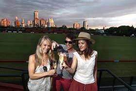 Liz (londinense), Ian (californiano) y Rebecca (escocesa), tres extranjeros presentes en la primera fecha