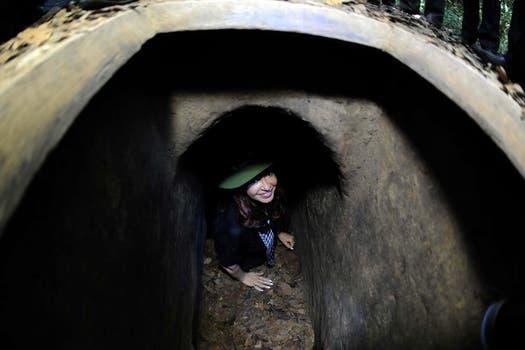Cristina en los túneles de Cu-Chi donde se refugiaban los vietnamitas, a 38 años de la guerra con Estados Unidos. Foto: DyN