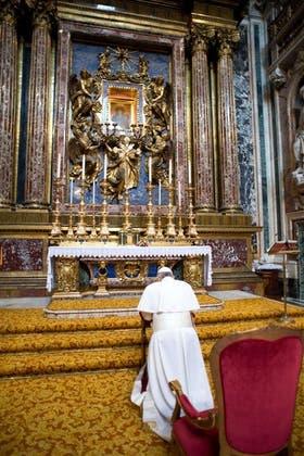 La primera actividad de Francisco ayer fue rezarle a la virgen en Santa María la Mayor