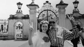 Piasecka Johnson con su hermano Gregor en la puerta de su mansión en Nueva Jersey