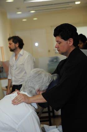 Un empleado de En Buenas Manos en plena ejecución de masaje