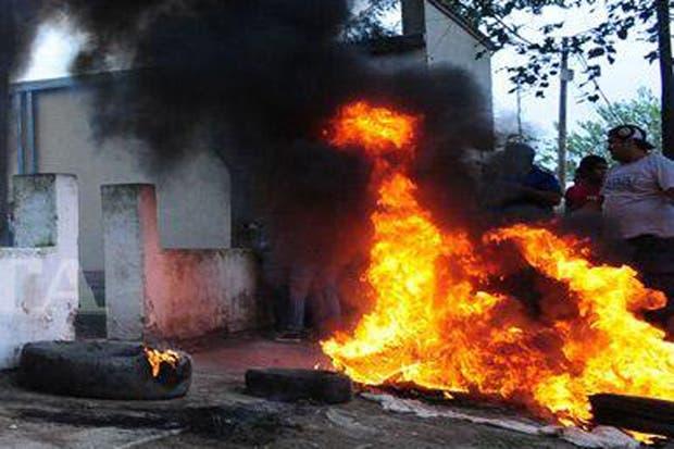 Los vecinos quemaron llantas e incendiaron la Comisaría
