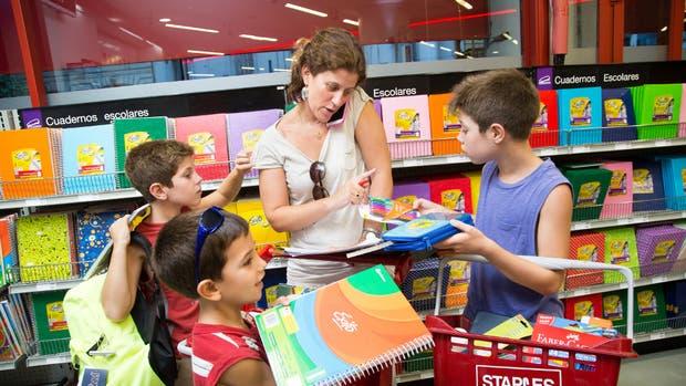 Rodeada de sus hijos Benicio, Milo y Gael, Andrea Max trata de hacer las últimas compras escolares en Staples
