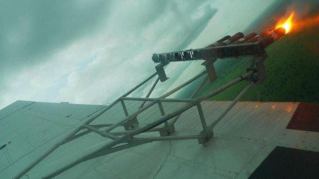 Los químicos salen por lanzadores ubicados en las alas del avión