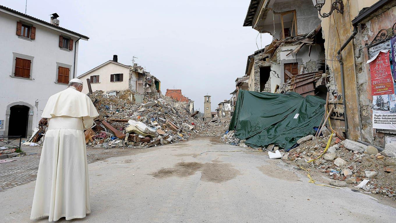 Sorpresiva visita del papa Francisco a Amatrice, la ciudad más devastada por el terremoto en Italia. Foto: Osservatore Romano/Handout vía Reuters