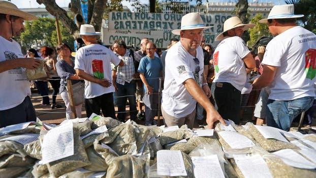 """""""Yerbatazo"""" en Plaza de Mayo: productores regalarán 30.000 kilos de yerba, llegaron desde Misiones para manifestar su descontento por las medidas que se tomaron en el sector. Foto: LA NACION / Emiliano Lasalvia"""