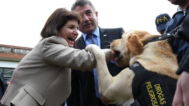 La ministra de Seguridad, Patricia Bullrich, jugando con uno de los perros que se presentaron hoy para la nueva Policía Federal