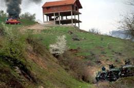 Las fuerzas de seguridad macedonias se enfrentaron con los rebeldes albanos al norte de Skopie en 2001.