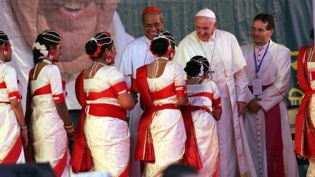 """El Papa habló con los jóvenes y les aseguró que Dios nos guía con """"un software que nos ayuda a discernir su programa divino y a responderle con libertad"""""""