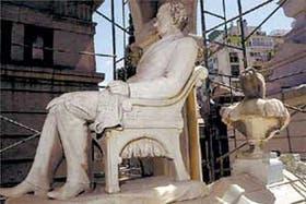 Eterno divorcio: las esculturas de espaldas recuerdan a los visitantes los desencuentros conyugales entre Salvador M. del Carril y su mujer