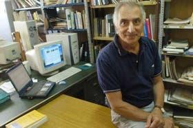 Jorge Gurlekian en su oficina del Laboratorio de Investigaciones Sensoriales