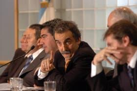 Moreno (centro), ayer, junto a algunos senadores en la reunión de comisiones de Economía, Infraestructura y Presupuesto