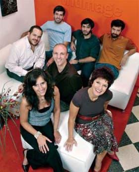 Virginia Gines, Adriana Cortese y Hernán Braberman (adelante) con su equipo