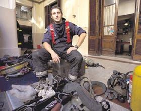 El inspector Vilariño en su hábitat y con las herramientas que utilizan los bomberos para los complicados salvamentos
