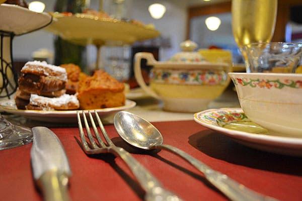 El teanner combina merienda y cena e incluye tanto platos dulces como salados, más una cuidada carta de tés en hebras, con una selección de blends. Foto: Gentileza Friks