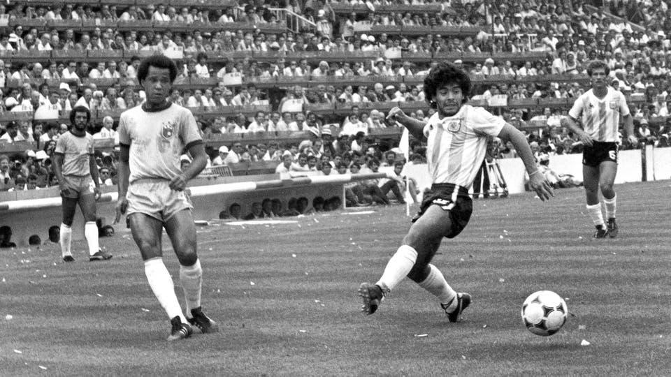 2-7-1982: ante Brasil, un cierre amargo en España 82, frente a Luizinho. Foto: LA NACION