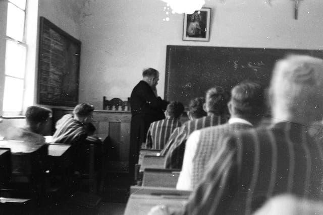 Sentado en la última fila del aula del Colegio Marista