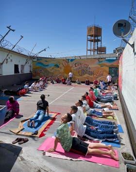 Voluntarios de Moksha dan clases de yoga a los internos en el pabellón 7 de la Unidad Penitenciaria Nro. 48 de San Martín