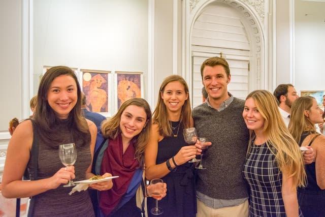 Brindis de voluntarios: un grupo de voluntarios del Centro Argentino en Washington