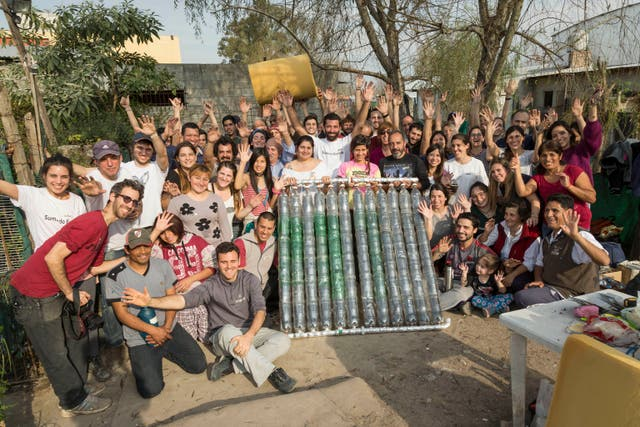 El equipo de voluntarios de Sumando Energías, junto a familias de La Tablita