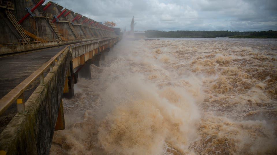 El lago de la represa alcanzó los 36,8 metros. Puede soportar hasta 37,5, por lo que no se puede retener el agua que llega del sur de Brasil y del nordeste argentino. Foto: LA NACION / Aníbal Greco