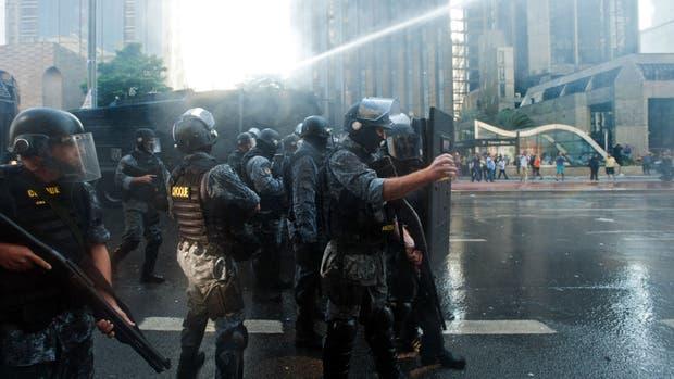 La policía usó camiones hidrantes para dispersar las protestas opositoras