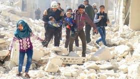 Niños sirios son rescatados tras un ataque contra la ciudad de Idlib, en poder de los rebeldes