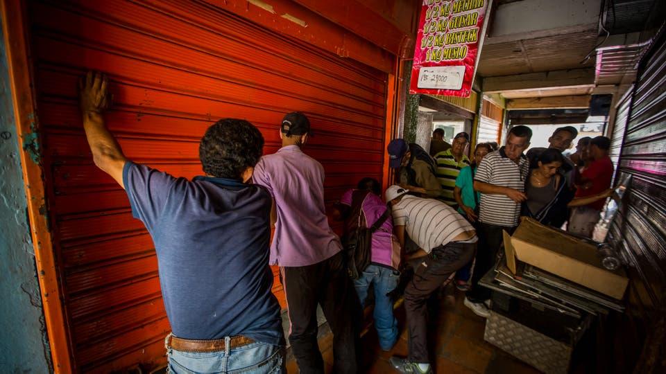 Una ola de saqueos golpeo anoche las afueras de Caracas donde al menos doce personas murieron y otras tantas resultaron heridas. Foto: EFE / Miguel Gutierrez