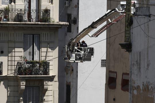 Los bomberos trabajan en la zona. Foto: LA NACION / Emiliano Lasalvia