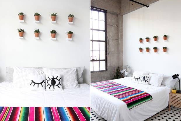 Para sumar verde y enmarcar la cama, una composición de pequeñas macetas con suculentas.  /Bohodecochic.com