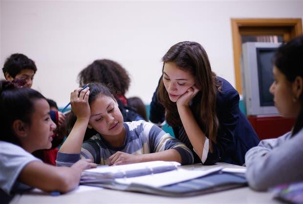 Clara Mesquida acompaña a los chicos de la escuela Roque Sáenz Peña en sus tareas escolares