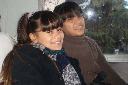 Candela con una amiga en su muro de Facebook. Foto: Facebook