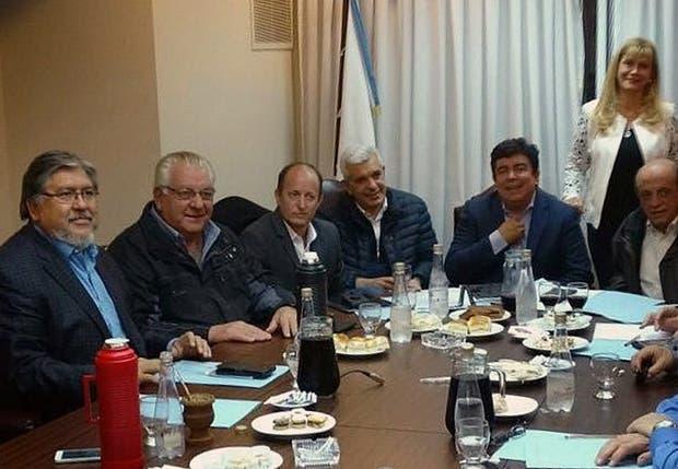 Navarro, Ostoich, Insaurralde, Domínguez, Espinoza, Magario y Mussi, anoche, en la reunión del peronismo bonaerense
