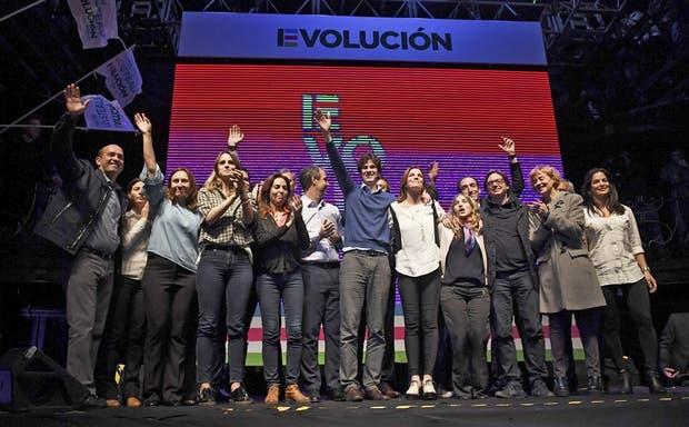 Martín Lousteau, rodeado de sus candidatos de Evolucón, anoche, en San Telmo
