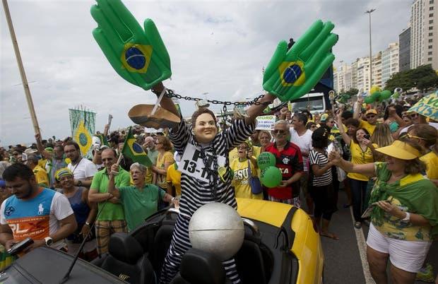 Dilma presa, una de las imágenes recurrentes en las marchas antigubernamentales de anteayer