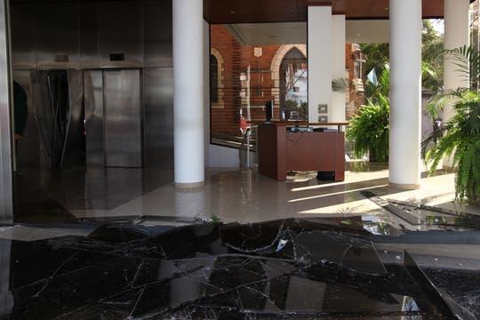 Vidrios rotos, parte del daño causado por la onda expansiva de la explosión. Foto: LA NACION / Ezequiel Muñoz